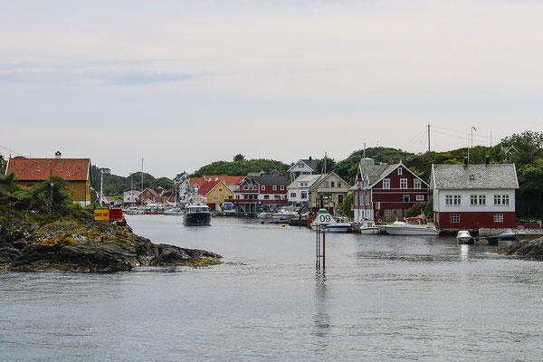 Einfahrt in den Hafen von Espevaer, der autofreien Insel.