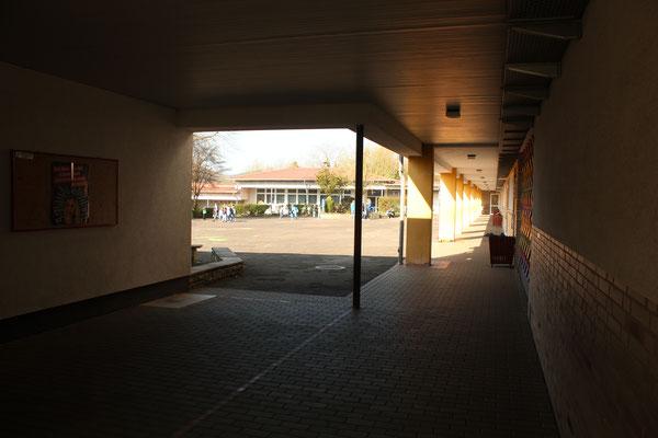 Blick vom Osteingang auf den Schulhof