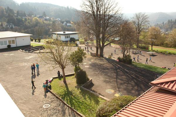 Blick auf den Schulhof von Nordwest