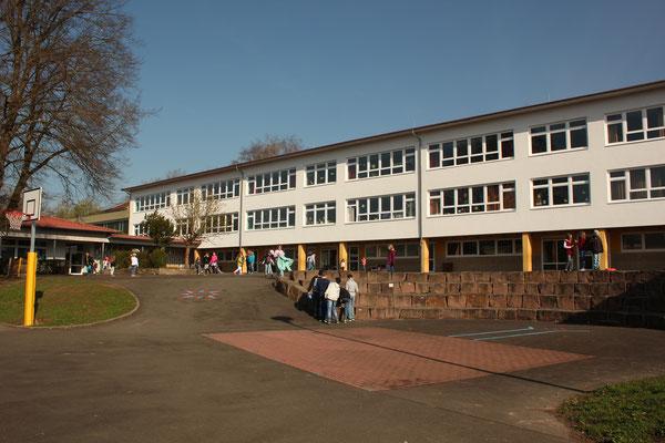 Hauptgebäude mit Klassenräumen