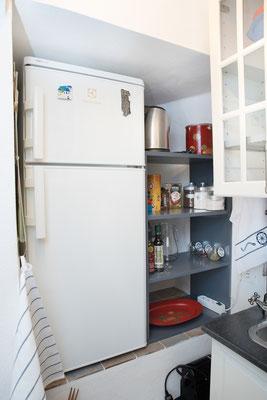 Cucinino - Frigo, macchina da caffè Nespresso e alcuni cibi per cucinare (sale, zucchero, pepe, tè, caffè, olio d'oliva, aceto balsamico, spezie) a disposizione degli ospiti