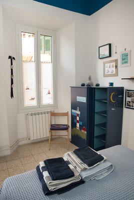 Camera da letto principale - Vista della finestra e armadio blu dipinto a mano