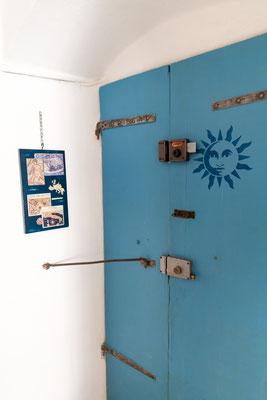 Sala - L'antica porta d'ingresso in legno completamente dipinta a mano