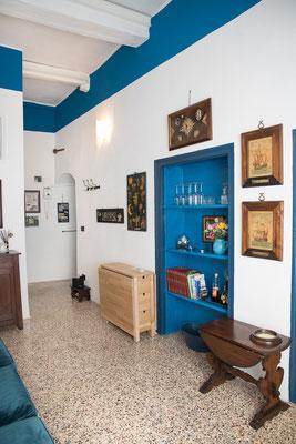 Sala - Vista generale con soffitto e scaffali blu cicladico e tavolo pieghevole per pranzare fino a 6 persone