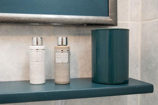 Bagno - Mensola con prodotti di bellezza