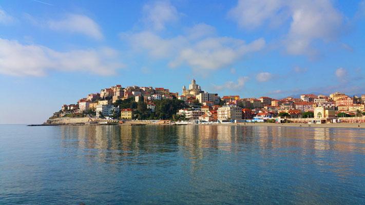 Il Parasio visto dal molo lungo del porto a Borgo Marina
