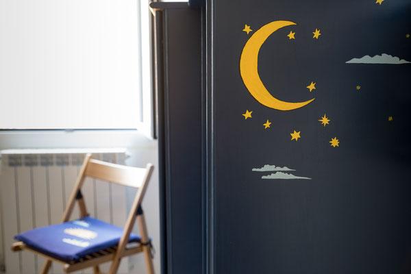 Camera da letto principale - Dettaglio della luna e delle stelle dipinte sull'armadio blu