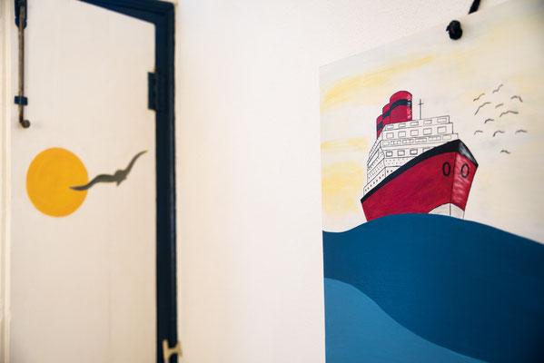 Camera da letto secondaria - Dettaglio del quadro e della porta dipinti a mano