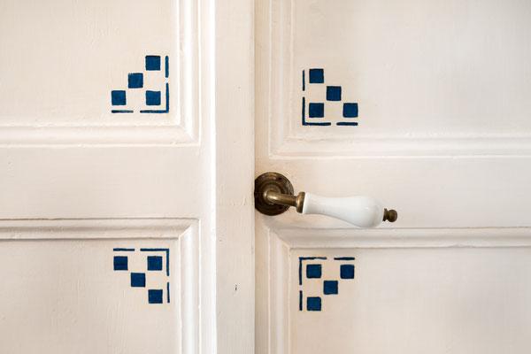 Camera da letto secondaria - Particolare della maniglia d'ingresso e della porta dipinta a mano
