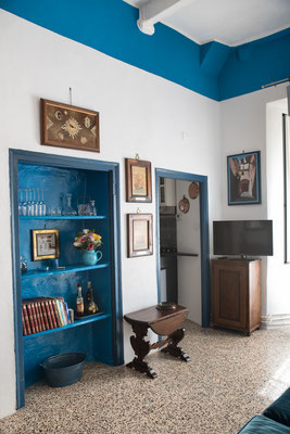 Sala - Le mensole blu cicladico e l'ingresso al cucinino visto dalla camera da letto secondaria