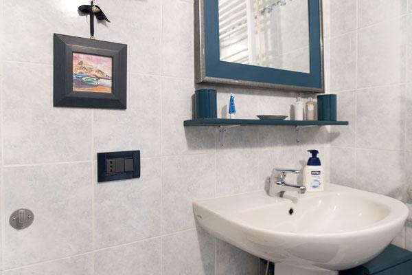 Bagno - Lavandino, specchio e vari prodotti offerti agli ospiti