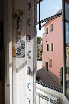 Sala - La finestra su Piazza Paraiso e il sole che entra in casa
