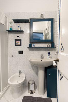 Bagno - Ingresso con lavello, specchio, mensola e bidet