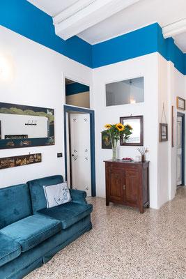 Sala - Vista generale vista dal cucinino con l'ingresso della camera da letto secondaria