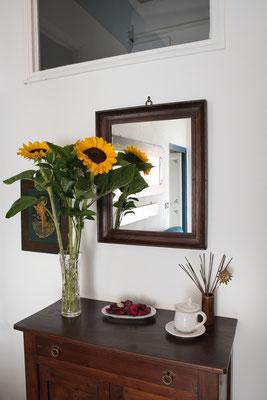 Sala - Dettaglio di fiori nello specchio antico