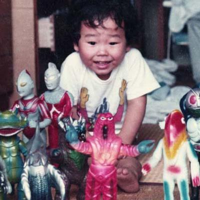 SUNGUTS(いちみや忠義):兵庫県出身。東京の広告制作会社に入社後、ディレクターとして、TV-CM、VPを 監督すると共にCM、VP用キャラクターをデザイン。独立後、ソフビによる立体造型 作品も製作し、「時効警察」(テレビ朝日/MMJ)の「プクーちゃん人形」も制作。