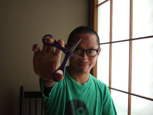 田中良平:切り絵アーティスト 開運!妖怪切り絵似顔師 幼少のころから独学で切り絵の道を発展させる。 そのユニークで匠なシンメトリー(左右対称)切り絵は 海外でも高く評価されている。 田中良平 切り絵・切り紙制作所 http://blog.goo.ne.jp/ryohei_cuts