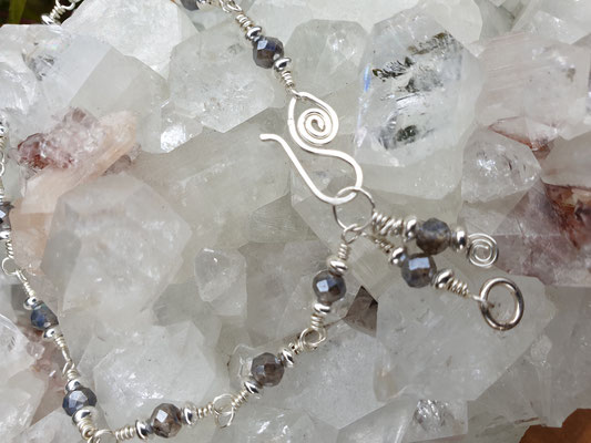 Labradorit facettiert und Titanbedampft, mit Silberlinsen als Zwischenteile, auf Silber, 21cm lang    €47