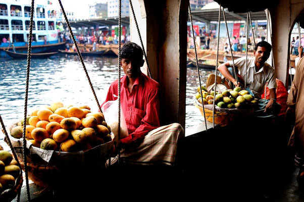 By boat from Dhaka - © François Struzik - simply human 2011 - Dhaka -Bangladesh