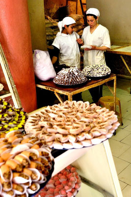 Meknès a UNESCO world heritage medina - © François Struzik - simply human 2009 - Morocco - sweets grocery