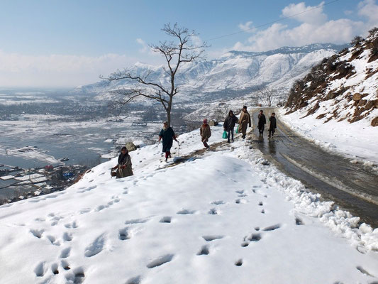 Kashmir In winter- © François Struzik - simply human 2014 - (Indian ad.) Kashmir - J&K - India - on th mountain around Wular Lake