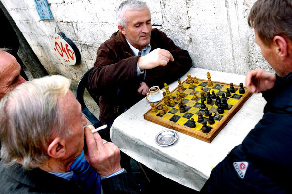 Prizren - © François Struzik - simply human 2008 - Kosovo - chess players