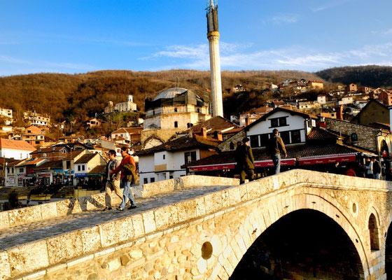 Prizren - © François Struzik - simply human 2008 - Kosovo - Sinan Pasha Mosque and Stone bridge (Urra e gurit)