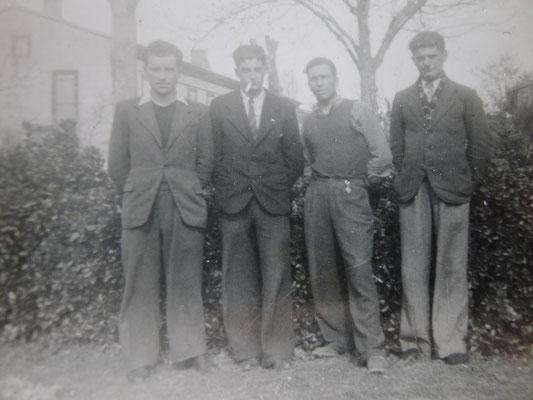 C'est le deuxième en pendant de la droite, il apparaît le plus déterminé de l'équipe de jeunes de Lespinasse  (photo  réalisée rue du boulodrome  1947-1950)