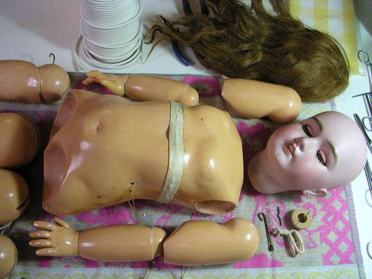 Restauration d'une poupée ancienne à la Clinique du Musée de la Poupée Paris