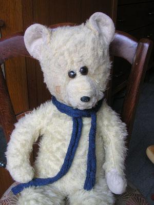 Réparation d'un ours en peluche contemporain
