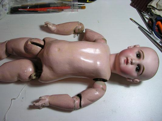 Réparation d'une poupée Jumeau au Musée de la Poupée Paris