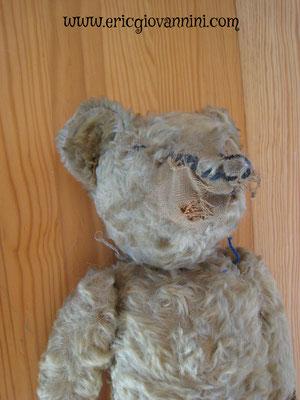 Réparation d'un ours ancien Steiff, fortement abîmé