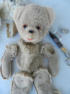 Réparation d'un ours synthétique
