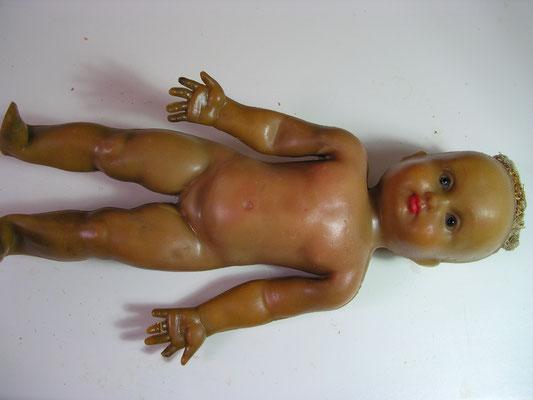 nettoyage d'une poupée en caoutchouc
