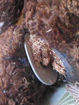 La réparation des articulations d'un ours en peluche