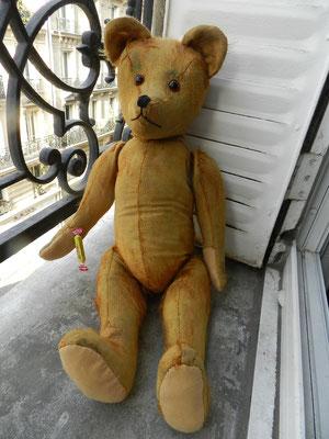 Réparation d'un ours en peluche ancien
