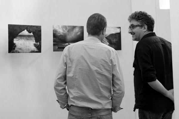 34 di 38 - Franco Carlisi visita la mostra di Carlo Riggi