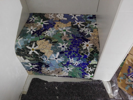 Sitzbank in der Dusche, Mosaik Roswitha Farnsworth (hier noch nicht verfugt)