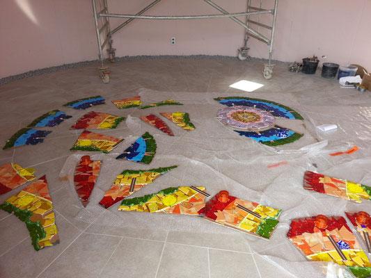 Aussegnungshalle Stadelhofen - 34 Einzelteile werden auf dem Boden zusammen gepuzzelt