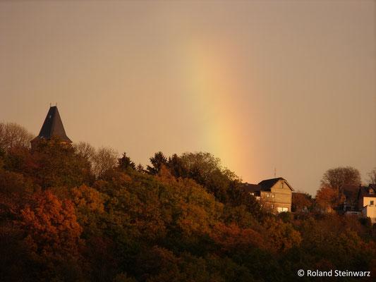 Regenbogen bei Sonnenuntergang über Stadt Blankenberg