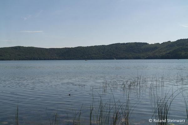 Laacher See, gut erkennbar der ringförmige Rand der Caldera