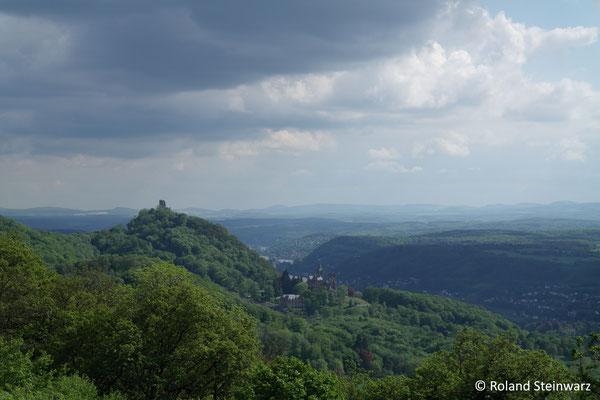 Aussicht vom Petersberg auf Drachenfels und Schloss Drachenburg