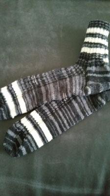 Socken in schwarz-grautönen mit weißen Streifen Gr. 44