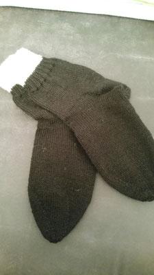 Schwarz mit weißem Bündchen, 6-fach-Sockenwolle, Gr. 40/41