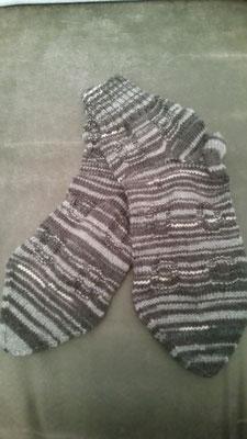 schwarz-grau-geringelt, kurzes Bündchen, mit Muster, 4-fach-Sockenwolle, Gr. 43/44