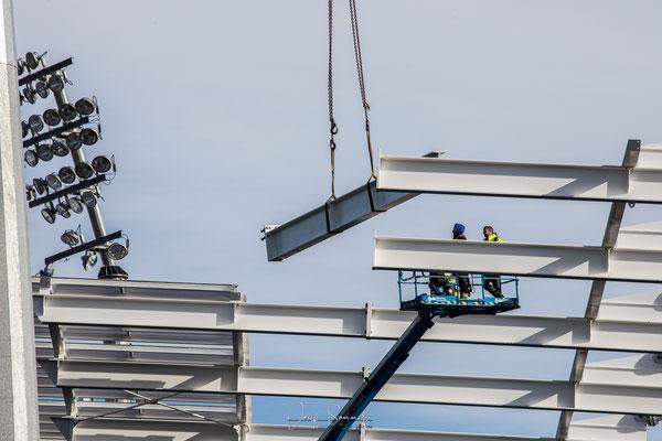 in luftiger Höhe wird die Dachkonstruktion eingebaut