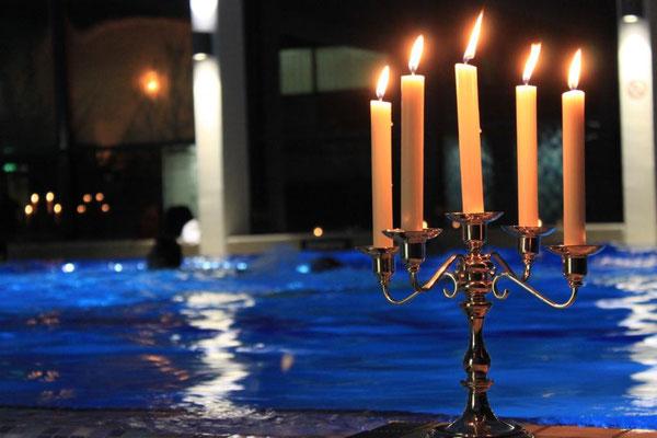 Kerzenstimmung beim Mondscheinschwimmen