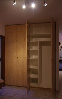 Garderobenschrank und Stauraum im Eingangsbereich. Schrankkorpus aus pflegeleichtem Material, Türen und seitliche Doppel aus klarlackiertem Nadelholz.