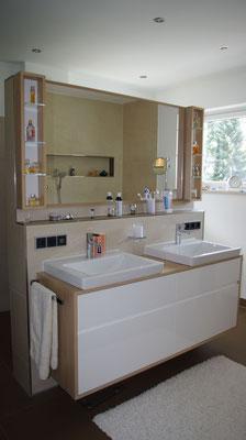 Doppelwaschtisch im Elternbad, Spiegel mit seitlichen,schmalen Regalen. Ausführung in Eiche-Lack-Kombination.