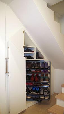 Das Schuhregal wird herausgezogen und kann um 180° gedreht werden.